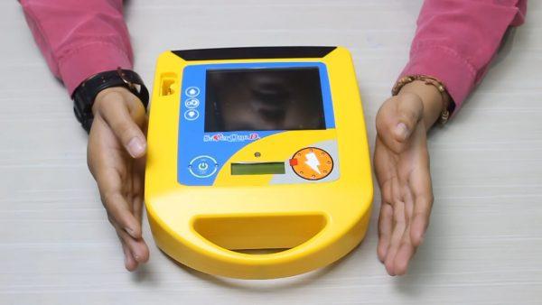 """AED ( Automated External Defibrillator ) Merupakan alat stimulasi detak jantung portable yang berfungsi untuk mengembalikan irama detak jantung kembali normal melalui sengatan listrik bertegangan tinggi."""