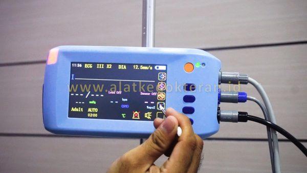 Pasien Monitor adalah suatu alat yang digunakan untuk memonitoring keadaan fisiologis  pasien secara real time sehingga dokter dapat memantau parameter parameter yang dibutuhkan pada saat itu juga.