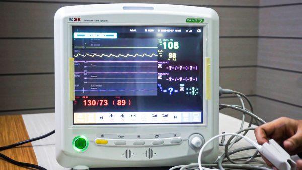 Cara menggunakan pasien monitor, Pasient monitor adalah suatu alat yang digunakan untuk memonitoring keadaan fisiologis  pasien secara real time sehingga dokter dapat memantau parameter parameter yang dibutuhkan pada saat itu juga.